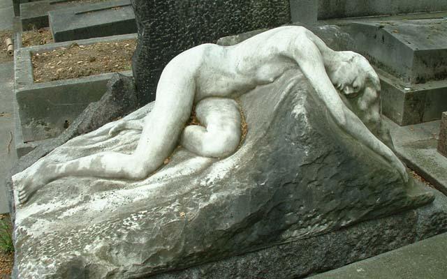 Женщина на надгробии из мрамора