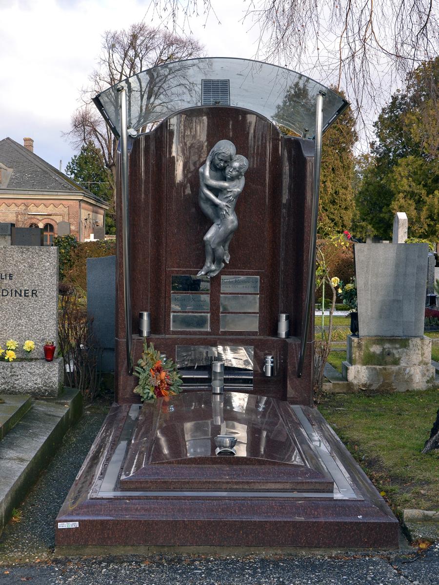 Памятник с обнимающими друг друга детьми