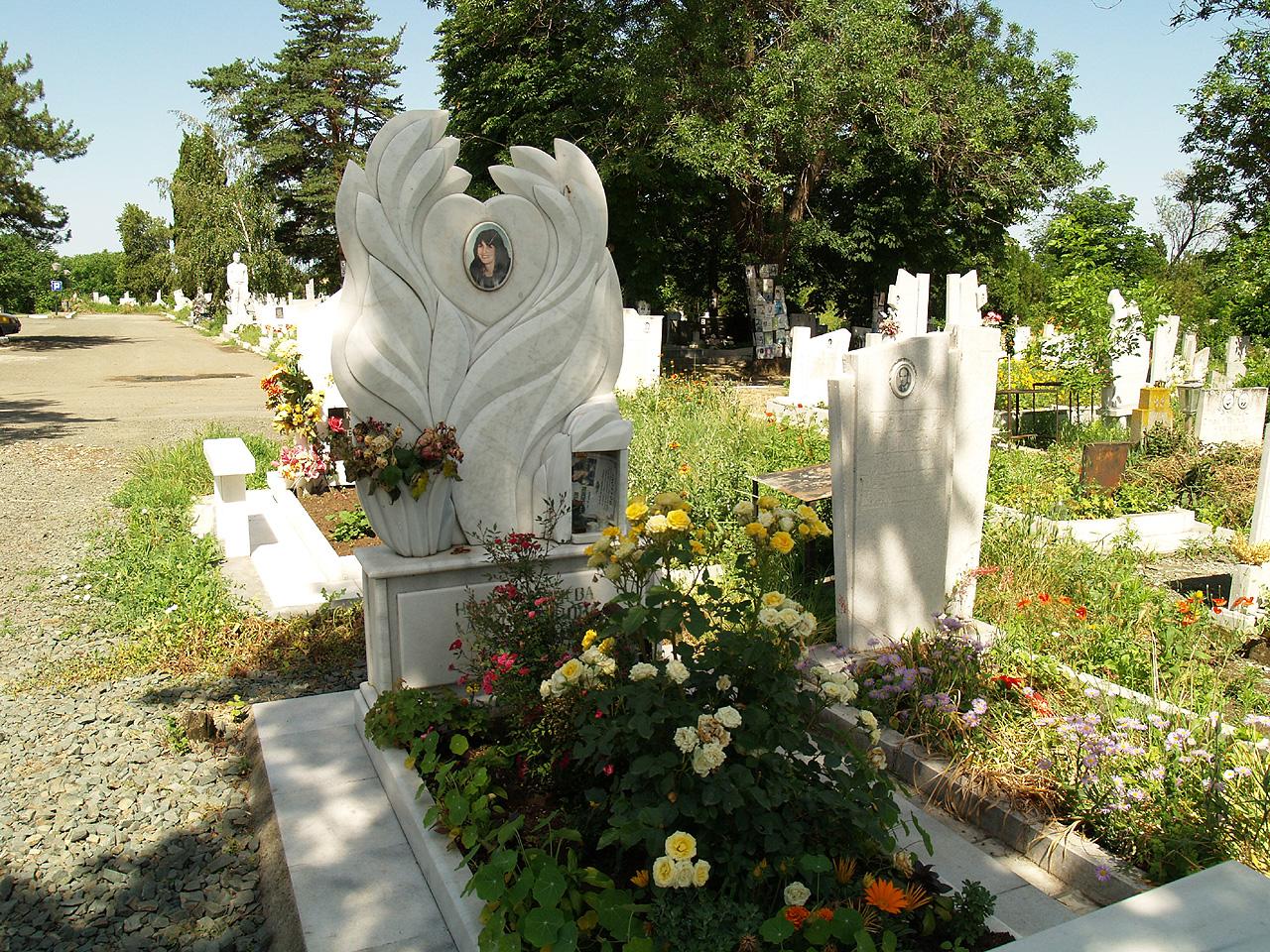 Памятник с перьями ангелов