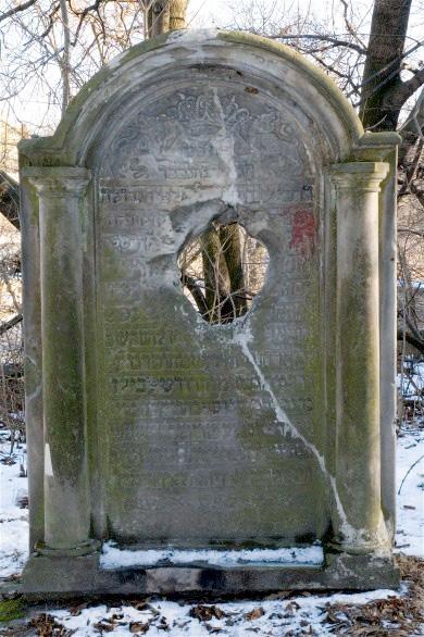 Памятник с отверстием