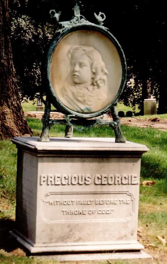 Памятник с портретом девочки