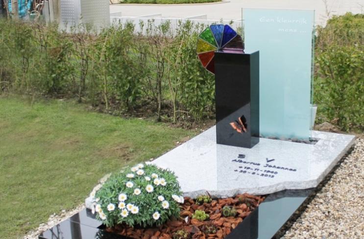 Радужное стекло на памятнике