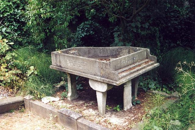 Памятник в форме рояля