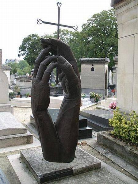 Памятник в форме двух рук