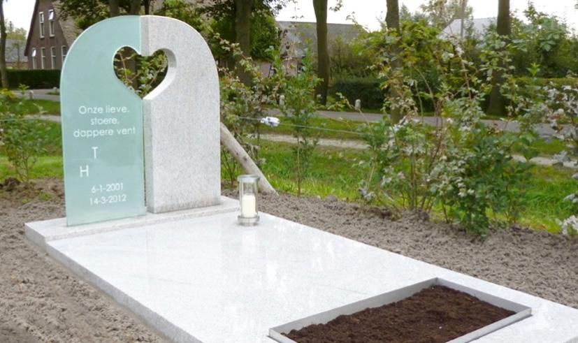 Памятник с прорезью в виде сердца
