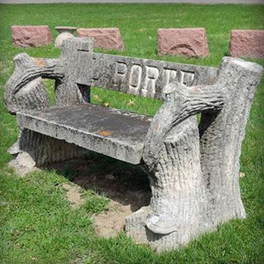 Скамья из древесных стволов