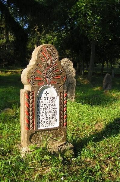 Раскрашенный памятник с резьбой