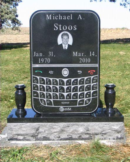 Памятник в форме смартфона