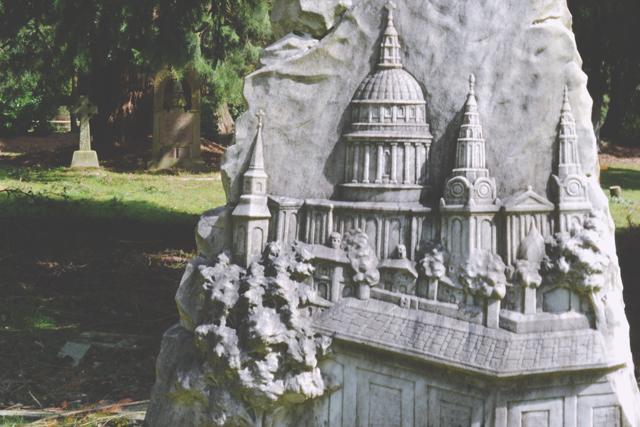 Памятник с рельефом собора