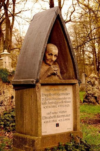 Памятник для пожилой женщины
