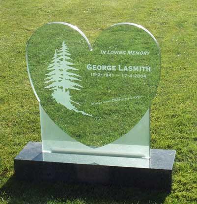 Памятник в виде стеклянного сердца