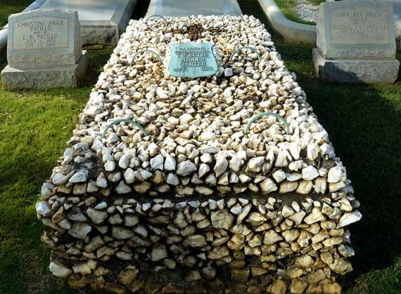 Надгробие с камнями