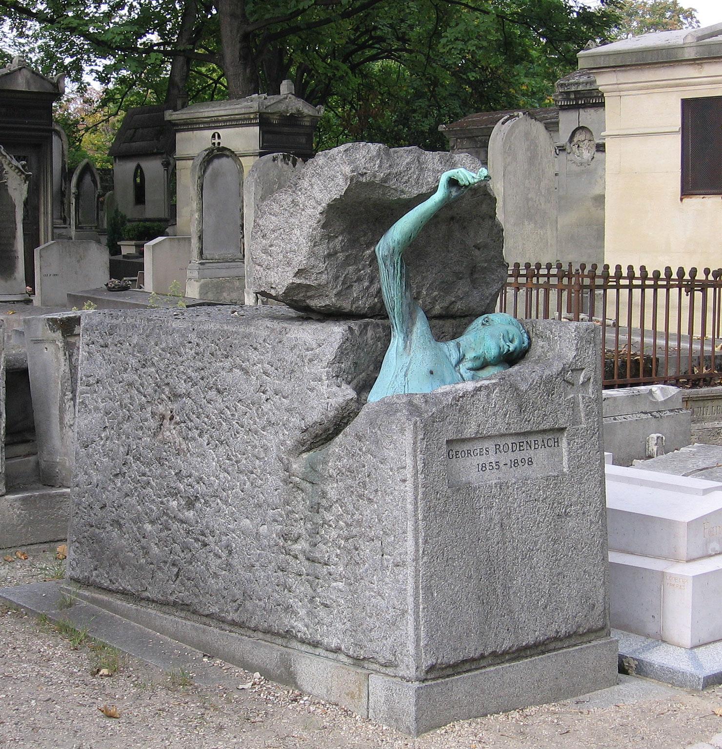 Памятник в форме бронзового торса