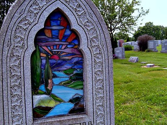 Памятник с росписью по стеклу