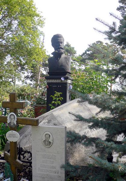 Могила скульптора Н. Р. Баха