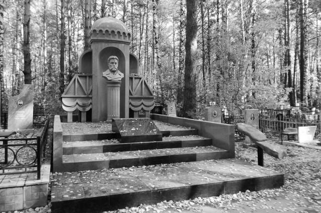 Памятник Николаю Тихомирову