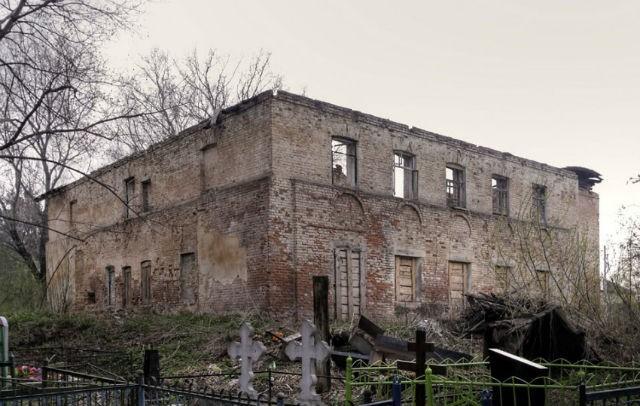 Руины храма на кладбище