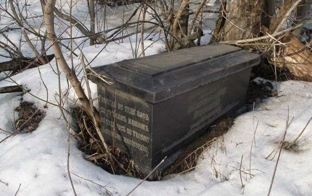 Сохранившиеся надгробия на Еврейском кладбище Орла