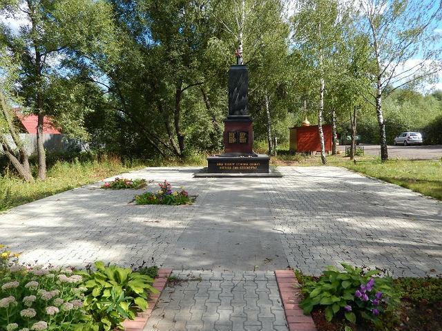 Воинский мемориал и вид на здание церкви у Саларьевского кладбища