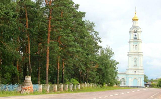 Вид на колокольню храма рядом с